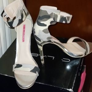 Single sole, ankle strap sandals